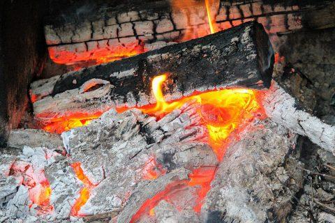 Les cendres de bois : comment les utiliser pour faire sa lessive ?